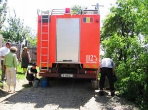 În perioadele de secetă, sătenii cer ajutorul pompierilor pentru a avea apă