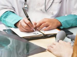 Medicii specialiști vor fi plătiți de medicii de familie