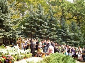 Pelerini romașcani la mormîntul lui Arsenie Boca