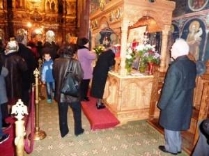 Sute de pelerini la Catedrala Arhiepiscopală din Roman