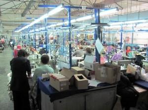 Mîinile care fabrică bijuterii vestimentare