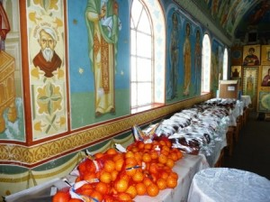 """Biserica """"Sfântul Gheorghe"""" din Roman ajută 48 familii"""