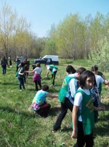 """Elevii de la """"Mihai Eminescu"""" au plantat 100 de copăcei"""