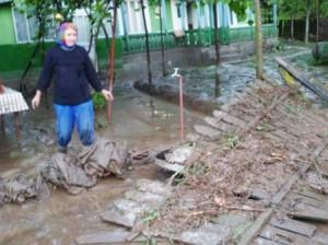 O viitură de zece minute a făcut prăpăd în comuna Văleni