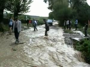 Potop și groază în satele din jurul Romanului