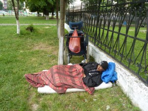 Bombă biologică în parcul de la Biserica Armenească: bolnav de TBC, sub cerul liber