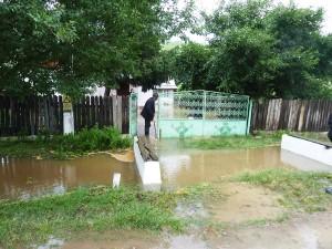 Oamenii stau de veghe, de frica inundaţiilor