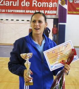 """Căpitanul Carmen Stoleru primeşte """"Cupa Roman Vodă Muşat"""" în numele HCM Roman"""