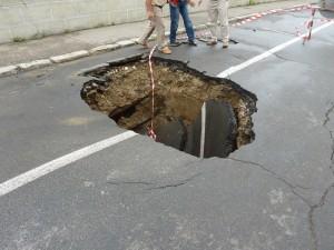 Apa a înghiţit strada Bogdan Dragoş