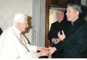 Retragerea Papei Benedict al XVI-lea a fost transmisă la Radio Vatican de vocea preotului Adrian Dancă