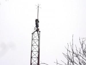 Un bolnav psihic s-a urcat pe un stâlp de 45 de metri