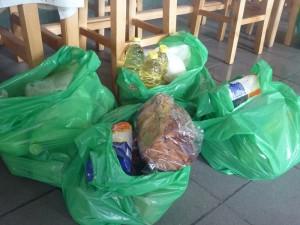 "130 de persoane primesc pachete de la Asociaţia ""Sfântul Gheorghe"""