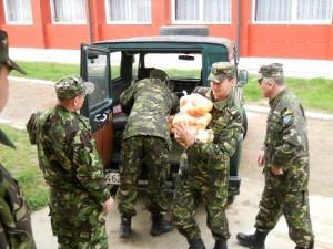 Militarii romaşcani ajută copiii cu probleme speciale
