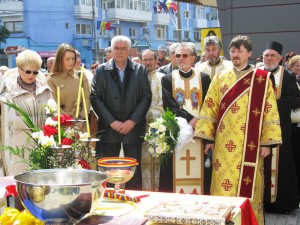 """Troiţa de la Biserica """"Sfinţii Voievozi"""" a fost sfinţită"""