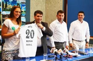 Interul Jasna Toskovic, alături de primarul Laurenţiu Dan Leoreanu, viceprimarul Lucian Micu şi antrenorul Florentin Pera