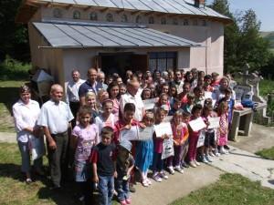 Elevii merituoşi din Poieniţa sunt răsplătiţi de preotul satului