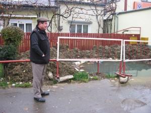 Groapă de trei metri plină cu apă, în fața casei
