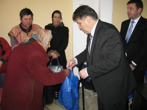 Primarul şi echipa sa de consilieri au dat cadouri de Paşti