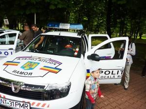 Copiii au fost fascinați de sirenele maşinii de Poliție