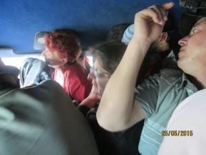 Călători înghesuiți ca sardelele într-un microbuz de 16 locuri