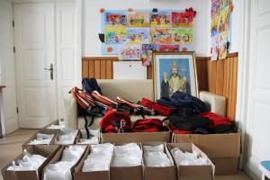 """Ghiozdane, rechizite şi dulciuri pentru copiii din Centrul de zi """"Episcop Melchisedec"""""""