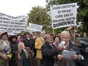 Protest al credincioşilor la Arhiepiscopia Romanului şi Bacăului