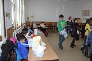 "Elevii CNRV au oferit cadouri copiilor de la Fundația ""Episcop Melchisedec"""