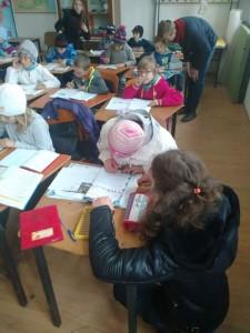 """""""Școala din pridvor"""" uneşte comunitatea din Poienița"""