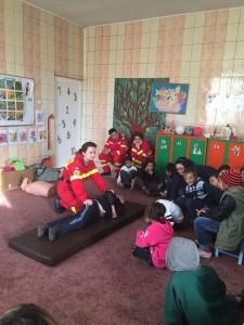 Voluntarii fac viața frumoasă copiilor sărmani