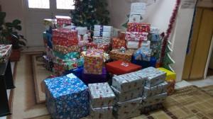 146 de copii au cadouri de Crăciun datorită voluntarilor ShoeBox Roman